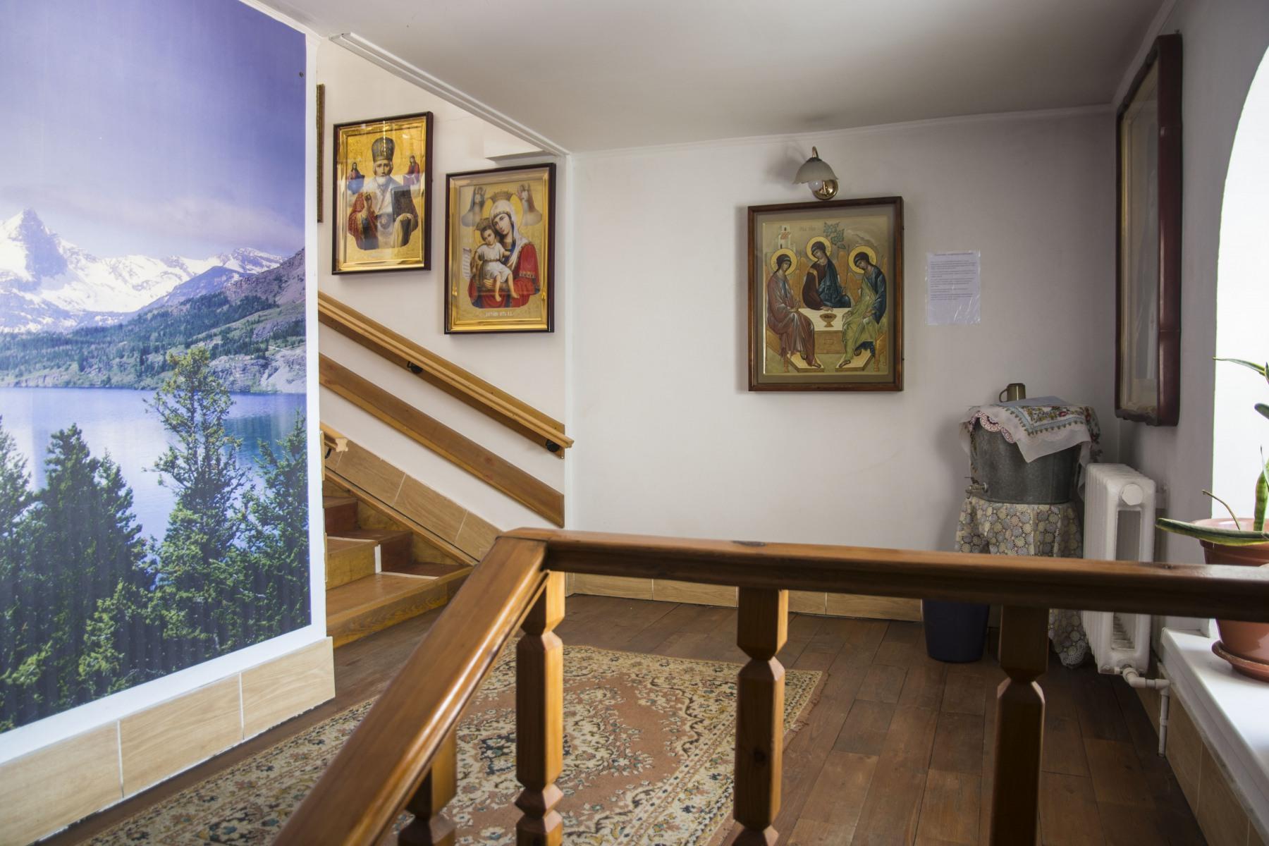 Вход в храм Троица, Царица Небесная и Николай Чудотворец