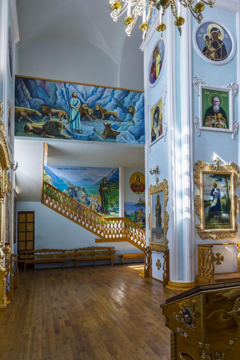 Вид от придела честь Собора Всех Святых в Земле Уфимской просиявших - лестница на клирос