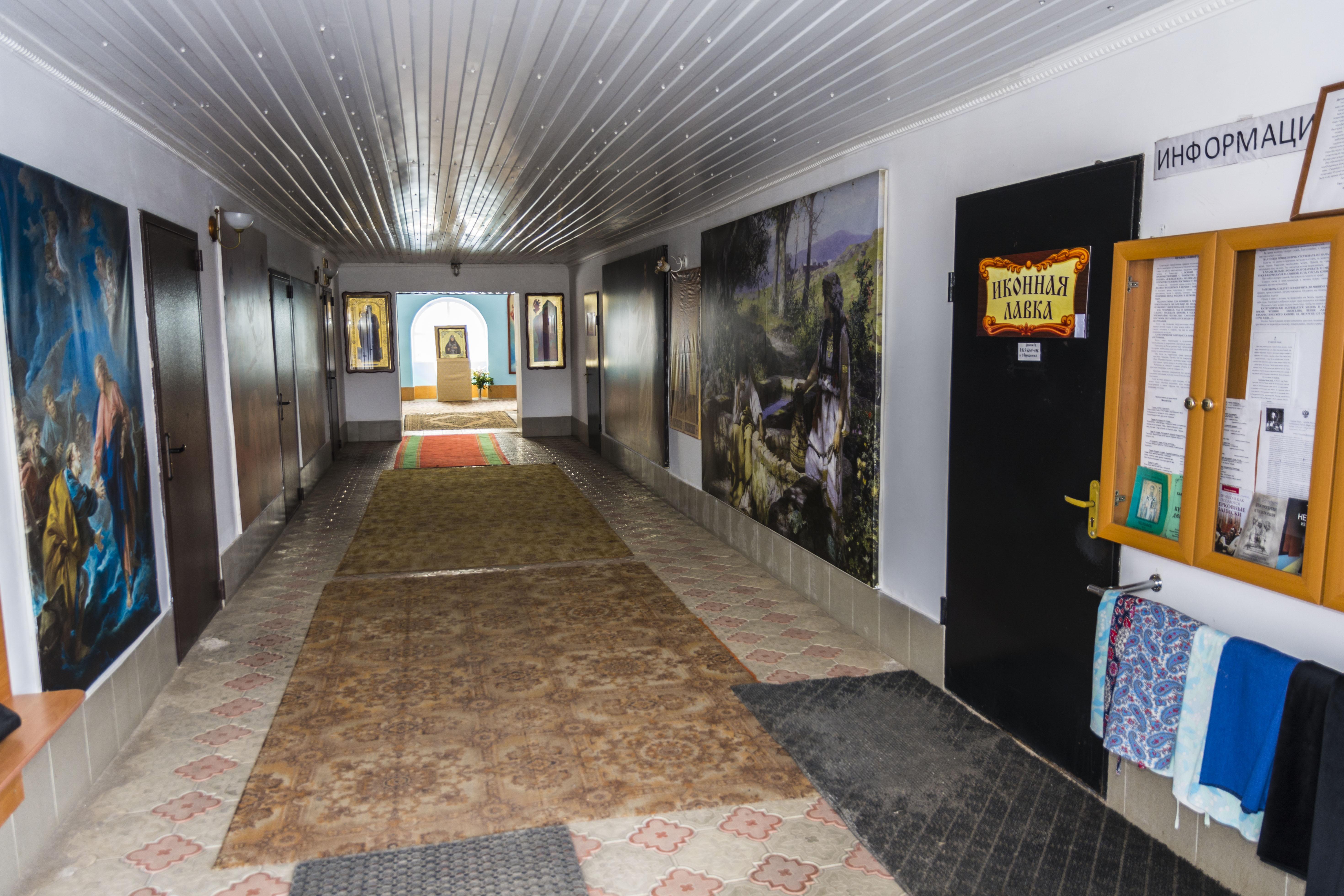 Вход в здание Иверского (Надвратного) храма