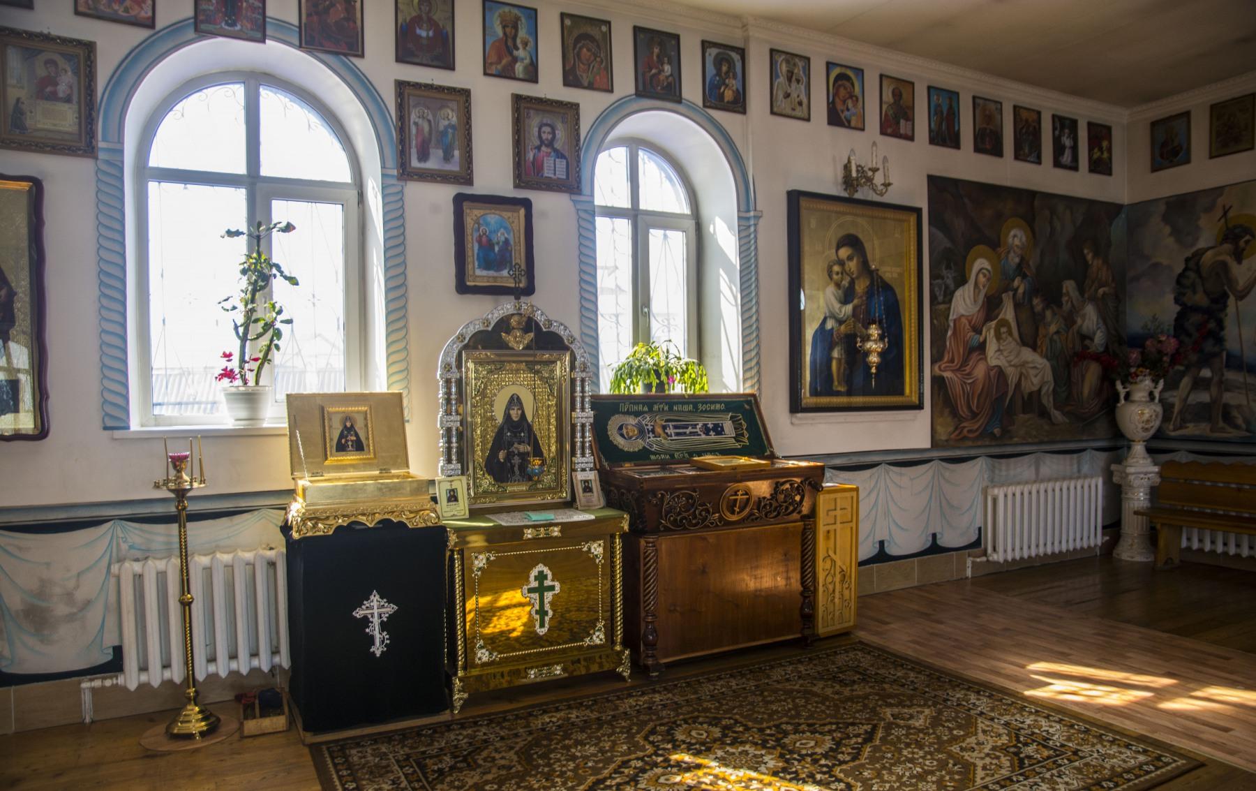 Рака с мощами св.прп Зосимы Эннатской находится у южной стены Иверского храма